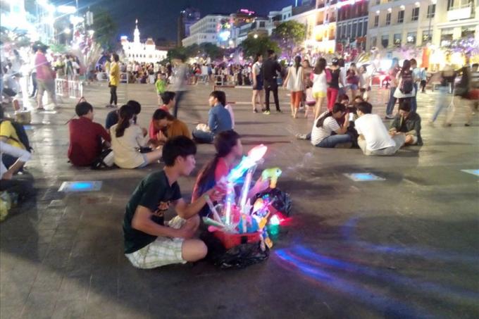 Người bán hàng rong trên phố đi bộ Nguyễn Huệ (quận 1, TPHCM). Ảnh: M.Q