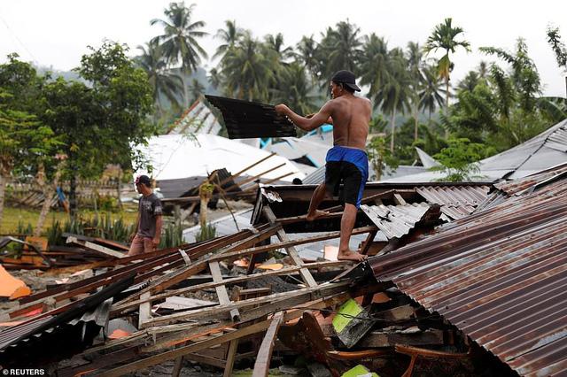 Người dân bắt đầu trở về những ngôi nhà bị tàn phá nghiêm trọng (Ảnh: Reuters).