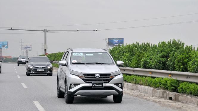 Toyota Rush xuất hiện lần đầu tiên tại Việt Nam thuộc phân khúc mới, lai giữa crossover và MPV, cạnh tranh trực tiếp với Mitsubishi Xpander. Xe chỉ có duy nhất phiên bản 1.5 AT với giá bán 668 triệu đồng.