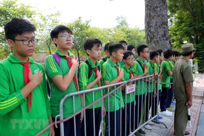 Các em học sinh trường THCS Nguyễn Tri Phương đưa tiễn linh cữu nguyên Tổng Bí thư Đỗ Mười trên phố Hoàng Diệu (Hà Nội). (Ảnh: Thành Đạt/TTXVN).