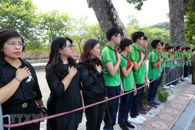 Giáo viên và các em học sinh trường THCS Nguyễn Tri Phương đưa tiễn linh cữu nguyên Tổng Bí thư Đỗ Mười trên phố Hoàng Diệu (Hà Nội). (Ảnh: Thành Đạt/TTXVN).