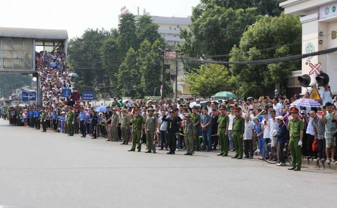 Người dân Thủ đô đưa tiễn linh cữu nguyên Tổng Bí thư Đỗ Mười trên đường Giải Phóng, trước cổng Bệnh viện Bạch Mai. (Ảnh: Dương Giang/TTXVN).