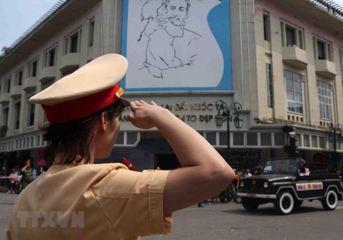 Chiến sỹ cảnh sát giao thông àm nhiệm vụ trên phố Tràng Tiền-Hàng Khay tiễn đưa nguyên Tổng Bí thư Đỗ Mười. (Ảnh: Thanh Tùng/TTXVN).