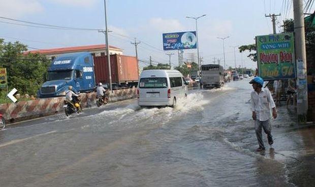 Tuyến quốc lộ 1 đi qua địa bàn huyện Tam Bình, tỉnh Vĩnh Long, ngập sâu do triều cường.