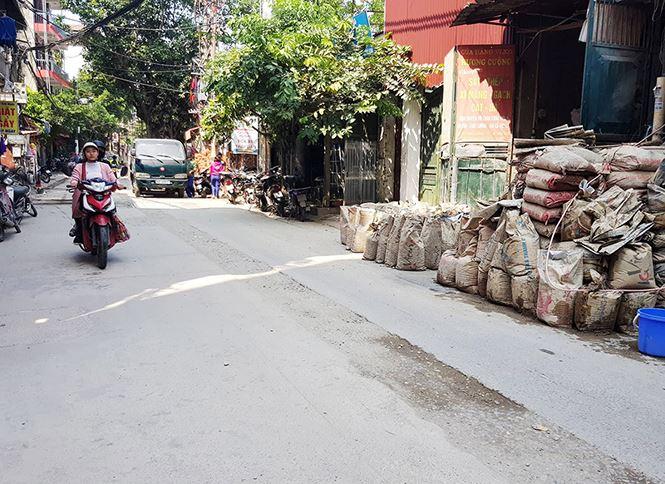 Đơn vị thi công còn tập kết vật liệu ngay trên đường đi, cản trở giao thông.