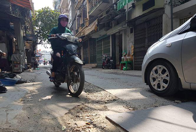 Hà Nội: Sau vỉa hè, lại khốn khổ vì đường bị đào xới khắp nơi