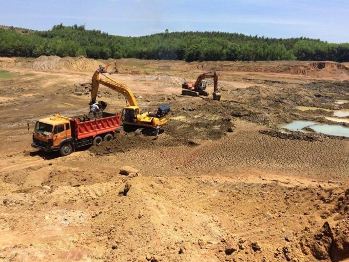 Nhà thầu Giang Tô, TQ đã lấy đất bùn từ 1 lòng hồ thủy lợi ở Quảng Ngãi để đắp cho đường cao tốc (năm 2016). Ảnh: Thanh Hải.