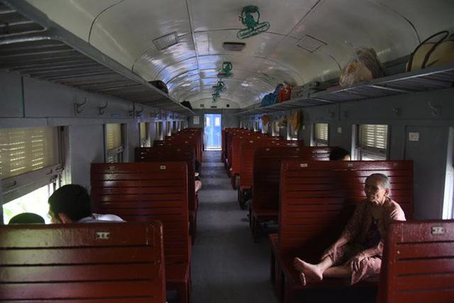 Những chuyến tàu vắng khách, đường sắt vẫn phải chạy.