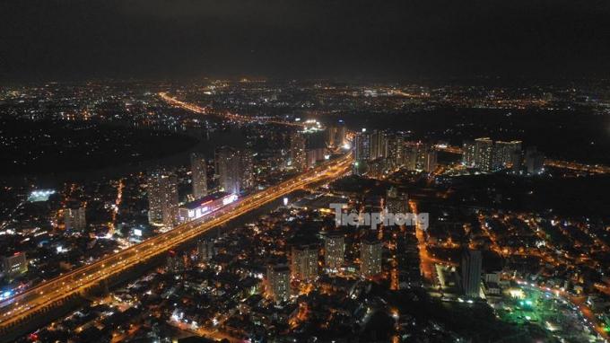 Xa lộ Hà Nội về đêm.