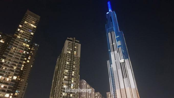 Đỉnh tháp tòa nhà Landmark rực rỡ về đêm.