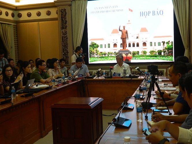 Cuộc họp báo về kinh tế xã hội tháng 10 thu hút rất đông phóng viên báo chí vì TPHCM đang có nhiều sự kiện nóng.
