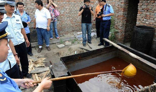 Cảnh sát phát hiện cơ sở sản xuất dầu bẩn tại Bắc Kinh năm 2011.