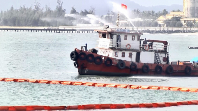 Đội ứng phó kéo rải phao quây, dùng tàu hút dầu hút dầu tràn trên biển.