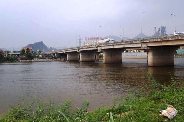 Cầu Bồng Lạng, nơi đôi nam nữ nhảy xuống sông.
