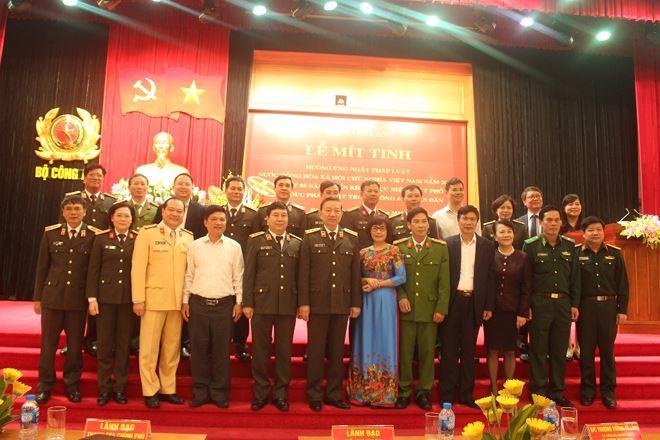 Các đại biểu tham dự Lễ mít tinh chụp ảnh lưu niệm.
