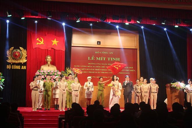 Chương trình văn nghệ chào mừng Lễ mít tinh hưởng ứng Ngày Pháp luật trong lực lượng Công an nhân dân.