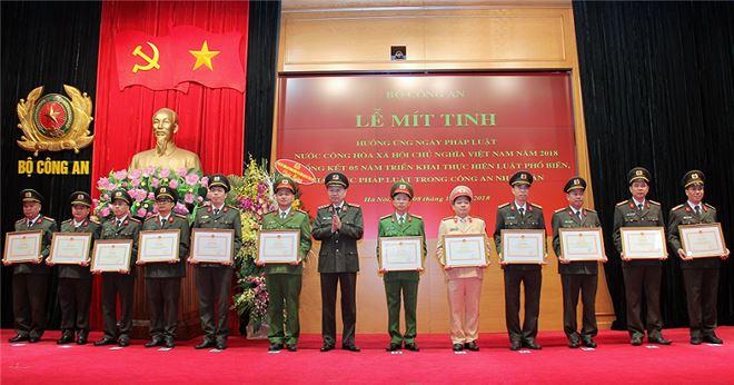 Bộ trưởng Tô Lâm trao Bằng khen của Bộ Công an tặng các tập thể, cá nhân có thành tích xuất sắc trong công tác triển khai thi hành Luật Phổ biến, giáo dục pháp luật (giai đoạn 2013- 2018) và hưởng ứng Ngày Pháp luật.