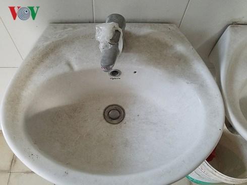 Bồn rửa tay tại trường liên cấp Nguyễn Văn Huyên được gia cố bằng túi nilon.