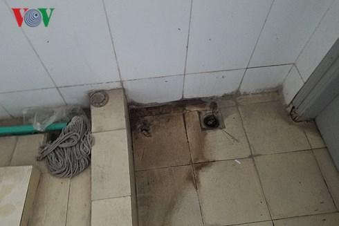 Một góc nhà vệ sinh tại trường liên cấp Nguyễn Văn Huyên (Hà Nội).