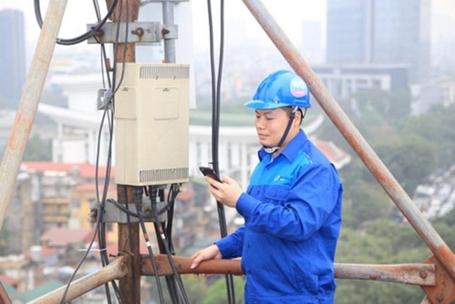 Cán bộ kỹ thuật của VNPT tại Hà Nội thử nghiệm hệ thống wifi miễn phí phục vụ trước sự kiện.