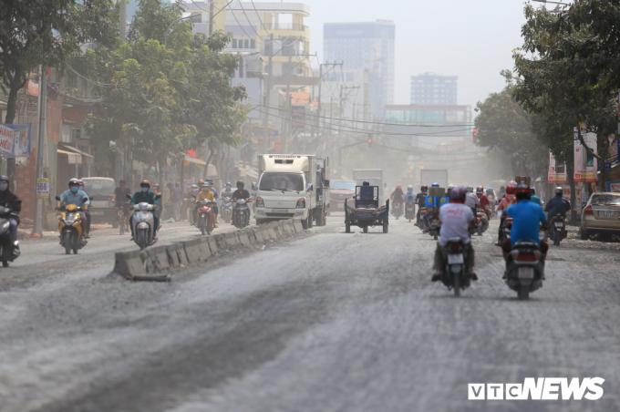 Bà Nguyền Thị Mại (người dân sống ở đây) chia sẻ mong muốn đường Huỳnh Tấn Phát sớm nâng cấp xong để người dân không phải sống trong cảnh bất an.