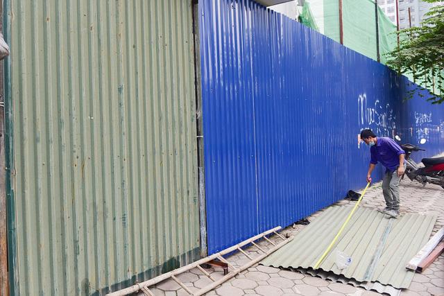 Mặt trước của công trình được quây tôn để đảm bảo an toàn khi thi công.