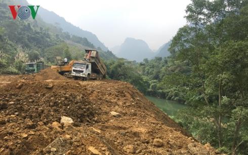 Ngày 1/12, nhiều xe tải, máy xúc vẫn tiến hành đổ đất, san ủi với khối lượng lớn ra sát bờ sông Cầu.