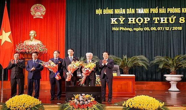 Lãnh đạo TP tặng hoa chúc mừng cho các đồng chí được bầu bổ sung chức danh.