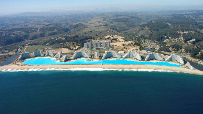 Bể bơi nhân tạo lớn nhất thế giới tại khu nghỉ dưỡng San Alfonso del Mar (Chile).