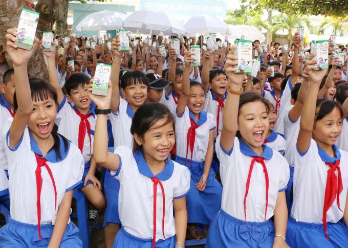 Chương trình sữa học đường trên địa bàn tỉnh Nghệ An sử dụng kinh phí DN hỗ trợ và kinh phí phụ huynh học sinh đóng góp. Ảnh: Quốc An.