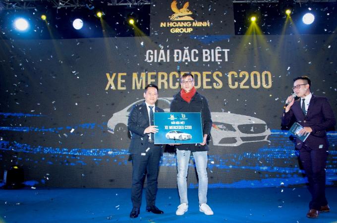Anh Nguyễn Toàn Thiện – chủ nhân căn hộ E1. 2619 là khách hàng may máy trúng xe Mercedes C200.
