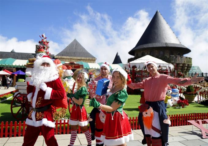 Du khách phấn khích gặp gỡ các nhân vật cổ tích tại Lễ hội mùa đông Bà Nà
