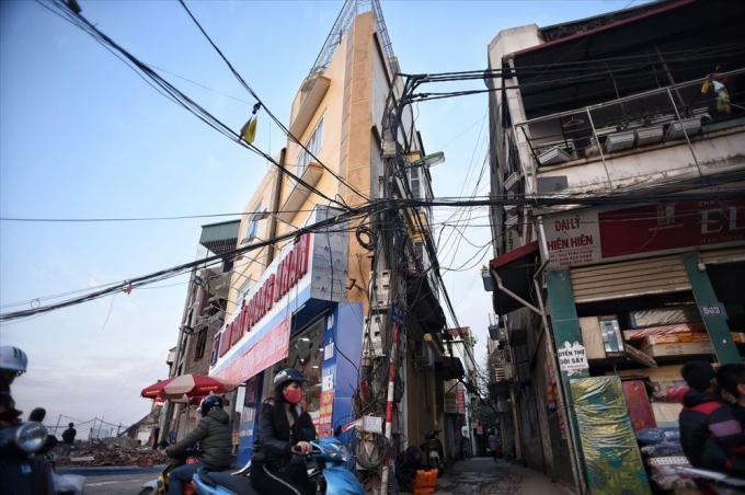 Đường Phạm Văn Đồng bắt đầu xuất hiện những căn nhà có hình dạng kỳ dị, siêu mỏng.