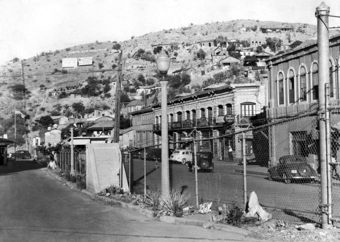 Hàng rào bằng lưới mắt cáo và dây thép gai giữa Nogales ở Mexico và Nogales ở Arizona, Mỹ ngày 16/6/1940. Ảnh: AP.
