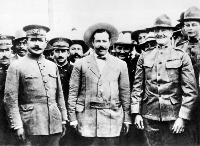 Pancho Villa (giữa). Ảnh: AP.