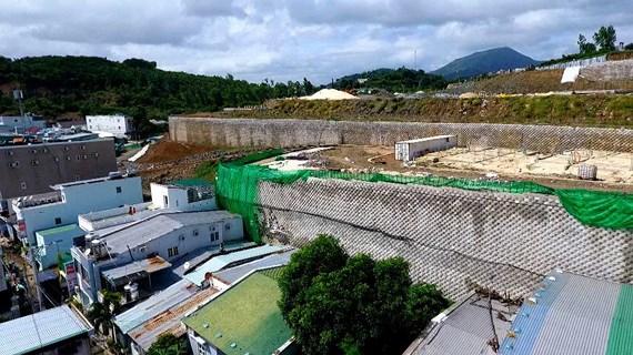 Tường Dự án Đồi Xanh Nha Trang chưa được cấp phép nhưng đã làm gần xong.