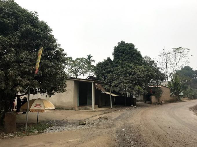 Khu vực 8 hộ dân có nhà ngay cạnh Quốc lộ 32C đoạn chạy qua tổ 6 phường Hợp Minh.