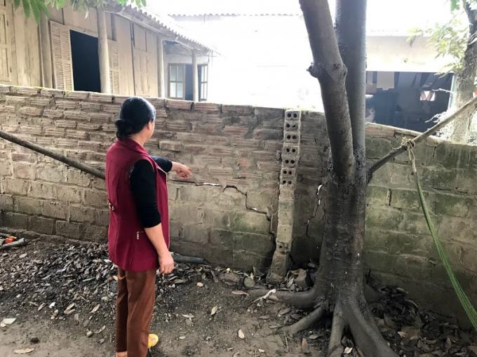 Tường rào ngăn cách 2 ngôi nhà bị vỡ lở, có thể đổ sập bất kỳ lúc nào.