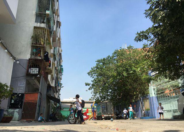 Lô E, chung cư 518 Võ Văn Kiệt bị nghiêng 45 cm.