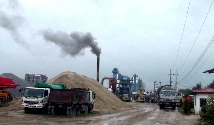 Trạm trộn bê tông asphalt của Công ty TNHH Nam Hồng bị người dân tố trong quá trình hoạt động đã gây ô nhiễm môi trường, ảnh hưởng nghiêm trọng tới cuộc sống và sức khỏe của người dân.