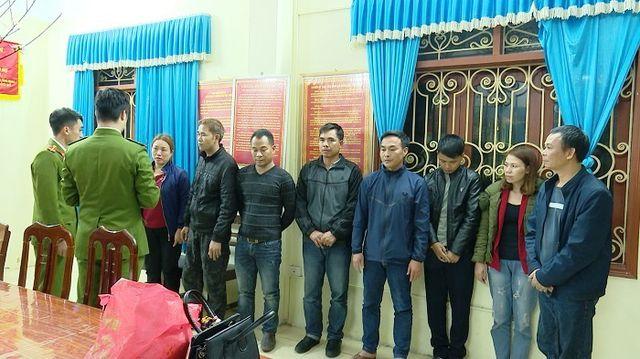 Các đối tượng tham gia đánh bạc bị Cảnh sát hình sự bắt giữ.