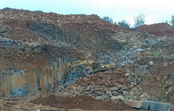 Hiện trường khai thác đá cây trái phép tại thôn 10A, xã Đắk Lao, huyện Đắk Mil.