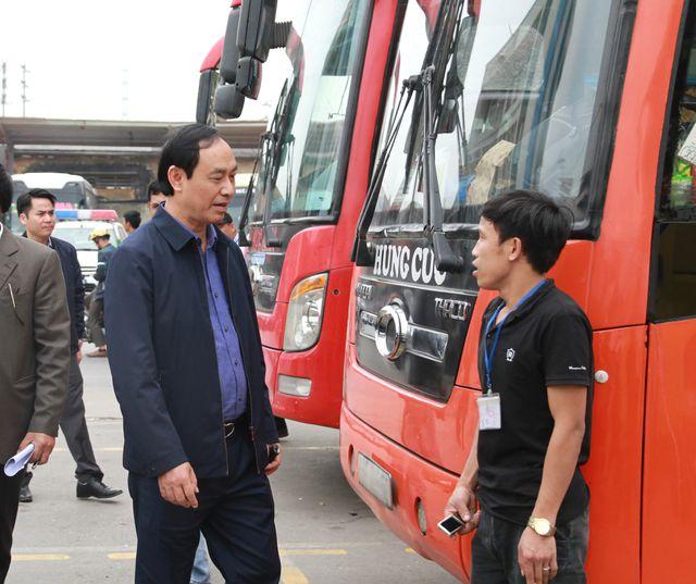 Thứ trưởng Lê Đình Thọ nói chuyện với lái xe khách tại bến Nước Ngầm.
