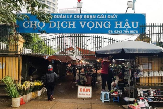Sớm di dời chợ tạm để hoàn trả mặt bằng theo quy định của thành phố.