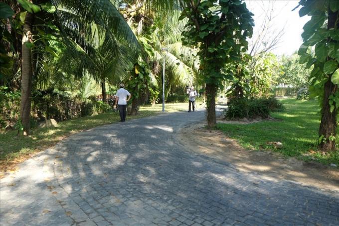 Lối đi bộ xuống biển giữa dự án Furama - Ariyana. Ảnh: H.Vinh.