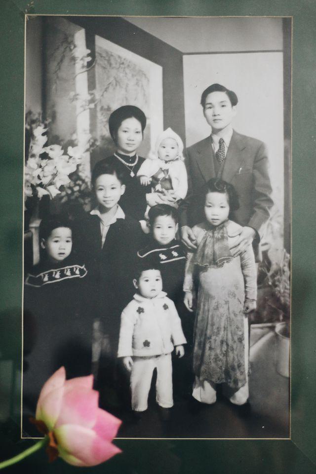 Gia đình ông Nguyễn Thái An trong bức ảnh được chụp vào mùng 2 Tết năm 1949.