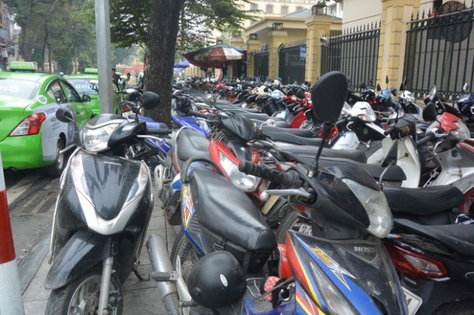 Một điểm gửi xe máy khu vực quận Hoàn Kiếm luôn ken kín lượng xe.