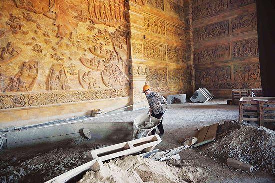 Hình ảnh công nhân đang gấp rút hoàn thiện các hạng mục của ngôi chùa để phục vụ Đại lễ Vesak 2019Ảnh: Minh Đức.