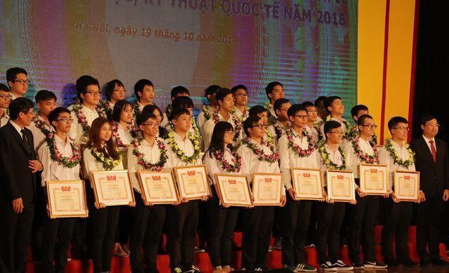 Các gương mặt đã đoạt giải thưởng Olympic quốc tế, khu vực và cuộc thi INTEL ISEF 2018. (Ảnh: Lệ Thu).