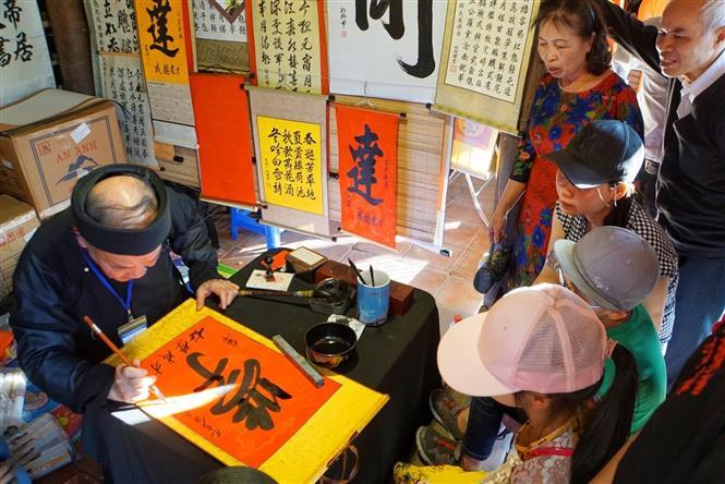 Khu vực xin chữ tại Văn Miếu-Quốc Tử Giám thu hút rất đông người dân Thủ đô và du khách gần xa. Ảnh: Khánh Hòa/TTXVN phát.